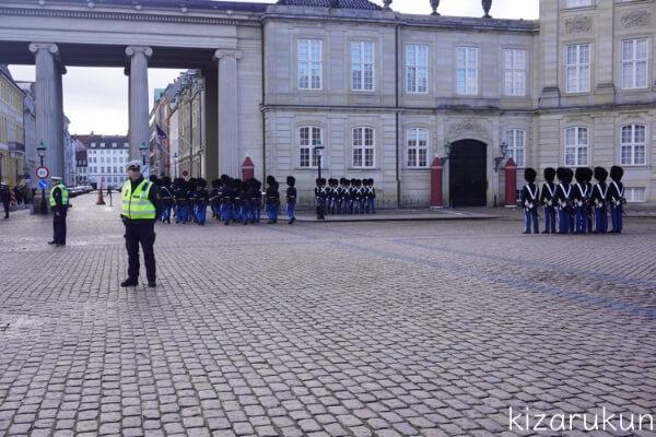 コペンハーゲン1日観光で行ったアマリエンボーの衛兵交代式