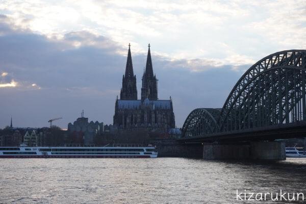 ケルン半日観光で行ったライン川沿いのビューポイントからのケルン大聖堂とホーエンツォレルン橋