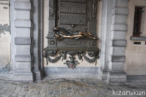 ブリュッセル半日観光で行ったグランプラスのセルクラースの像