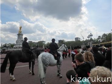 コペンハーゲン1日観光でアマリエンボー宮殿の衛兵交代式を見学:ロンドンの衛兵交代式